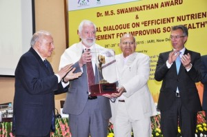 Dr Lumpkin receiving MSSRF Award